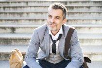 Бизнесмен сидит на лестнице — стоковое фото