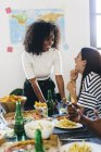 Молодые женщины за обеденным столом — стоковое фото