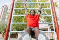 Mann, die Übungen mit Balken — Stockfoto