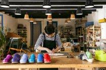 Drechslerei arbeiten in ihrer Werkstatt — Stockfoto