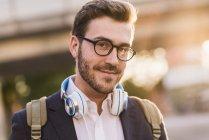 Homem com fones de ouvido olhando para a câmera — Fotografia de Stock