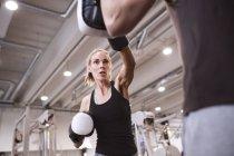Boxe donna con allenatore — Foto stock