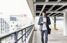 Empresário usando smartphone — Fotografia de Stock