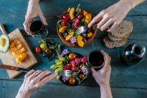 Gente che mangia insalate miste — Foto stock
