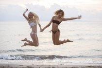 Жінки стрибки весело — стокове фото