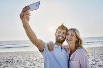 Paar Einnahme Selfie am Strand — Stockfoto