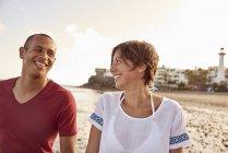Spanien, Kanarische Inseln, Gran Canaria, Paar in Liebe zu Fuß am Strand von Angesicht zu Angesicht — Stockfoto