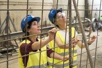Arbeitnehmerinnen, die Einrichtung von Eisen-Bewehrung — Stockfoto