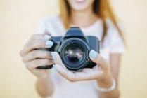Женщина держит камеру — стоковое фото