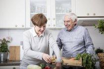 Seniorenpaar packt frisches Gemüse aus — Stockfoto