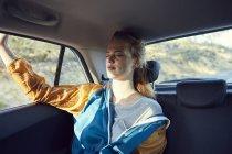 Jovem mulher no carro com os olhos fechados — Fotografia de Stock