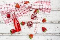 Bottiglie di limonata alla fragola — Foto stock