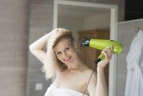 Mujer con secador de pelo - foto de stock