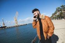 Молодой человек в гавани говорит по телефону — стоковое фото