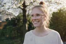 Счастливая женщина в саду — стоковое фото