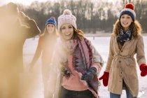 Amis heureux à l'extérieur en hiver — Photo de stock