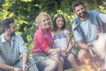 Сім'я і друзі випалу ковбаски на багаття — стокове фото