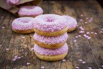 Пончики з рожевими глазур — стокове фото