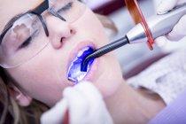 Женщина получает затвердение зубной заполнения — стоковое фото