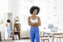Женщина в штанах для йоги со скрещенными руками — стоковое фото