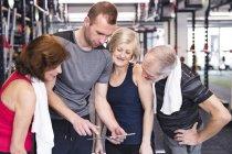 Encaixar os idosos olhando para tablet — Fotografia de Stock