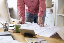 Homem trabalhando no projeto na mesa — Fotografia de Stock