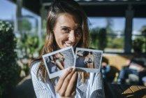 Жінка на терасі, які показують, миттєві фотографії — стокове фото