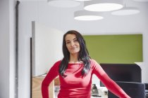 Бізнес-леді стоячи в сучасні офісні — стокове фото