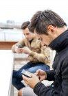 Dois homens usando smartphones — Fotografia de Stock