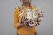 Donna che tiene il vaso con fiori appassiti — Foto stock