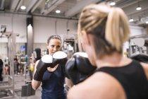 Mulheres boxe no ginásio — Fotografia de Stock