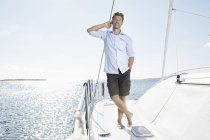 Homem de pé no barco à vela — Fotografia de Stock