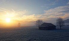 Vista del amanecer cerca de Sindelsdorf - foto de stock