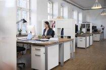 Donna che lavora al banco — Foto stock