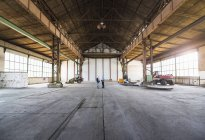 Ділових людей говорити в старий зал промислові — стокове фото