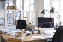 Стол с архитектурной моделью — стоковое фото