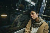 Donna in treno sotterraneo — Foto stock