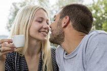 Beijar casal apaixonado — Fotografia de Stock