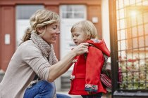 Мать с дочерью на вход в дом — стоковое фото