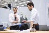 Hommes discutant produit — Photo de stock