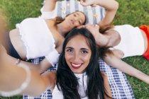 Amigos no cobertor no parque — Fotografia de Stock