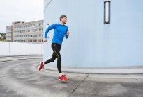 Mann läuft in der Stadt — Stockfoto
