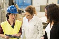 Жіночий бос брифінг співробітниками заводі — стокове фото