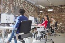 Ділових людей, що працюють у творчих office — стокове фото