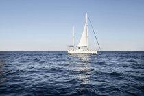 Mann auf Segelboot — Stockfoto