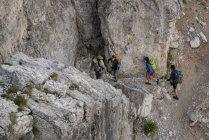 Friends climbing rocks i — Stock Photo