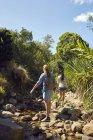Mujeres caminando en la naturaleza - foto de stock