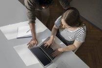 Couple travaillant avec ordinateur portable — Photo de stock