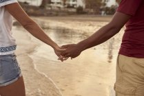 Verliebtes Paar Händchen haltend am Strand am Strand, Nahaufnahme — Stockfoto