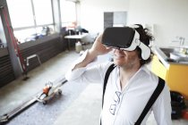 Homme portant des lunettes de réalité virtuelle — Photo de stock